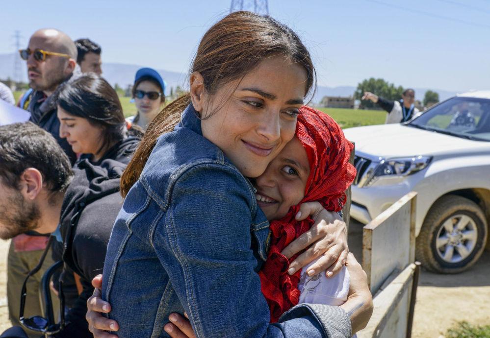 L'actrice, productrice et réalisatrice Salma Hayek s'est rendue dans un camp de réfugiés syriens, situé dans la vallée de Bekaa, au Liban, 25 avril 2015