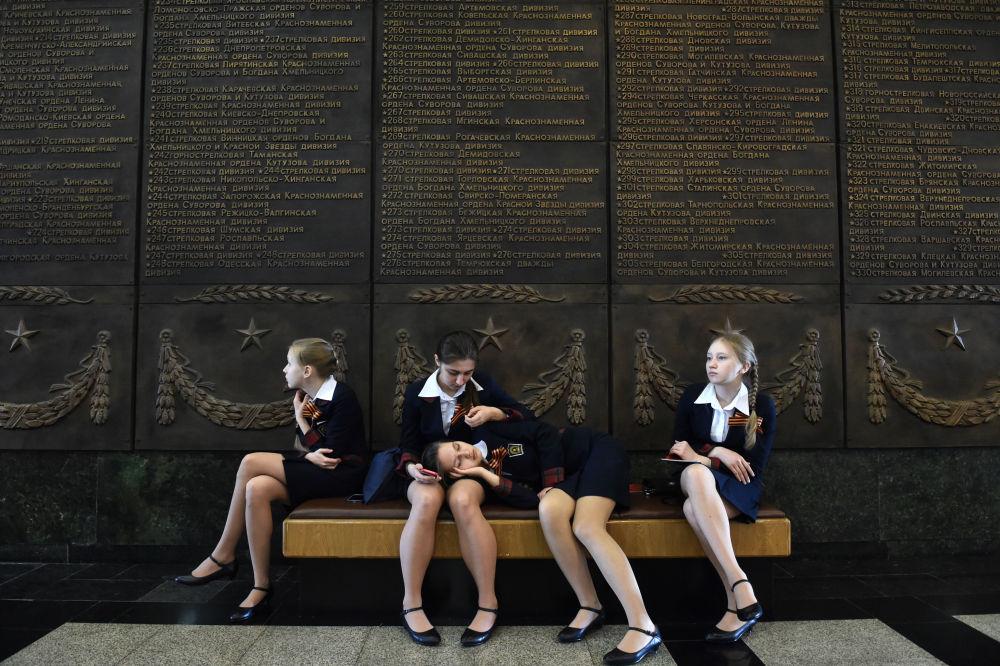 Des écolières se reposent près du Mur de la Gloire au Musée de la Grande Guerre patriotique sur le Mont Poklonnaïa à Moscou, 28 avril 2015
