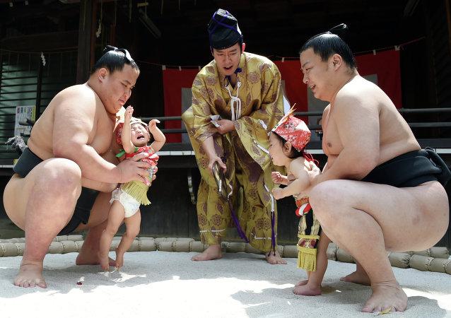 Le festival des bébés qui pleurent s'est tenu le 29 avril à Tokyo qui a associé une centaine de participants