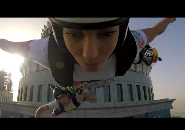 Saut en Base jump depuis la Princess Tower