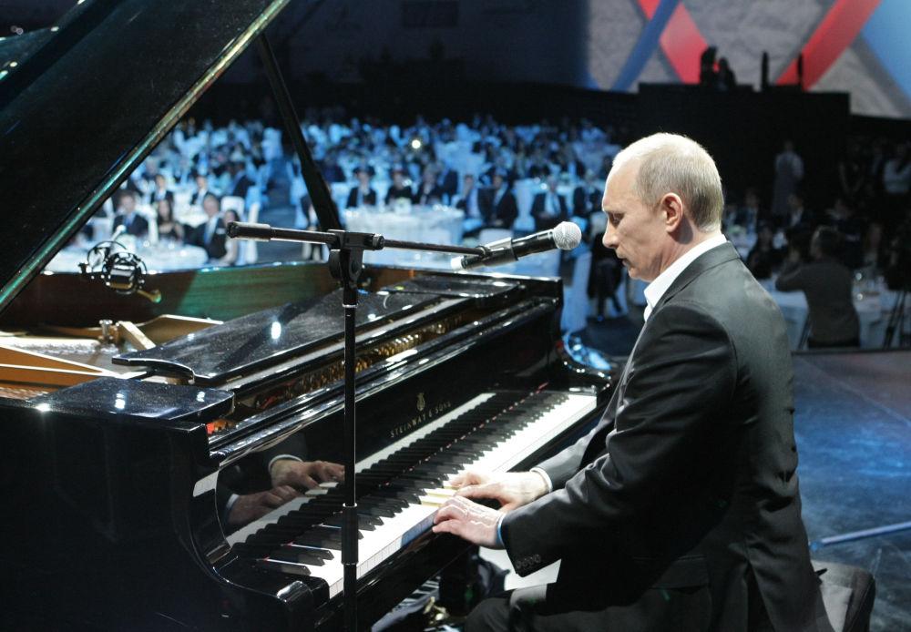 En décembre 2010, Vladimir Poutine a joué au piano la musique de la chanson soviétique Où la Patrie commence-t-elle? et a interprété une chanson en anglais avec des musiciens de jazz lors d'un festival de bienfaisance à Saint-Pétersbourg