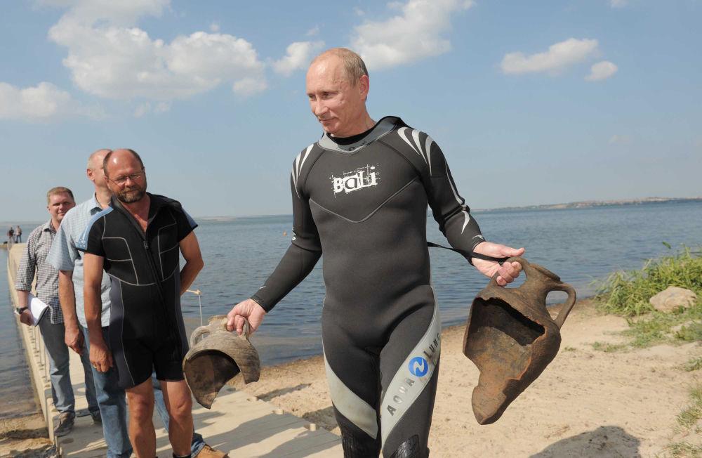 Le 10 août 2011, M.Poutine a effectué une plongée dans la mer Noire lors d'un déplacement sur la péninsule de Taman
