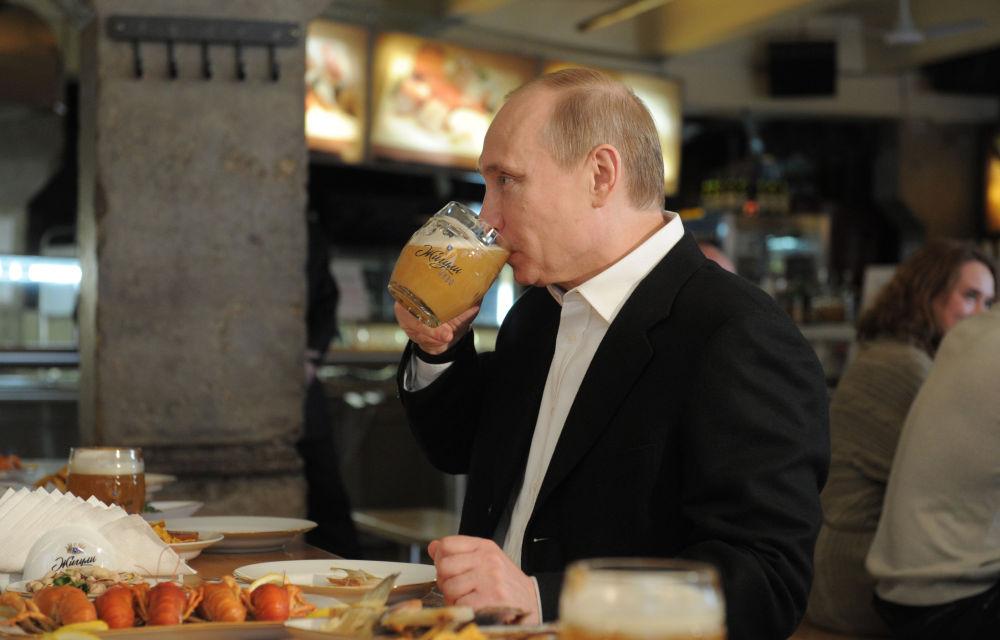 Vladimir Poutine dans la célèbre brasserie Jigouli, au centre de Moscou