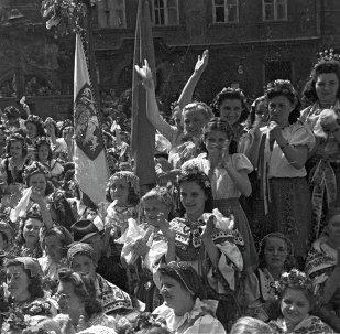 Les Pragois saluent les soldats soviétiques qui ont libéré leur ville. 1945