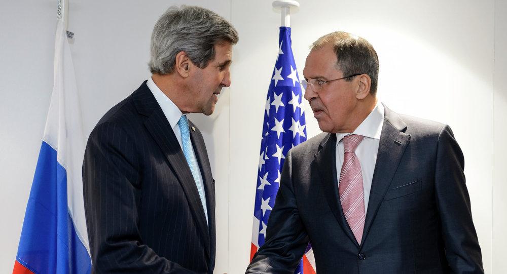 Poignée de main entre John Kerry et Sergueï Lavrov le 4 décembre 2014