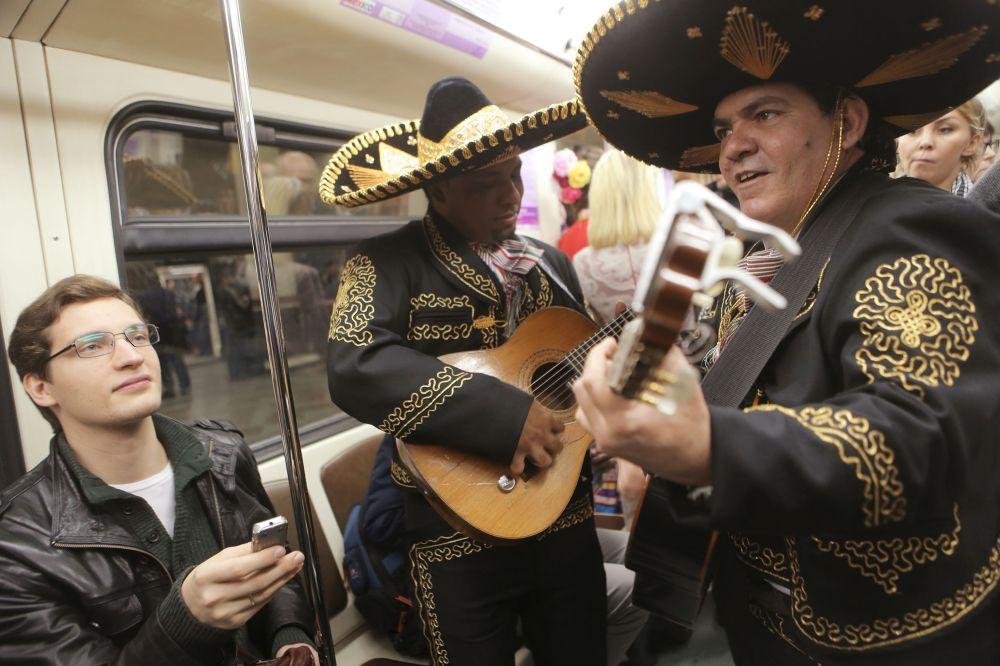 La rame Poésie dans le métro présente une exposition dédiée au Prix Nobel de littérature mexicain Octavio Paz.