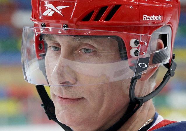 Vladimir Poutine s'essaie au hockey sur glace
