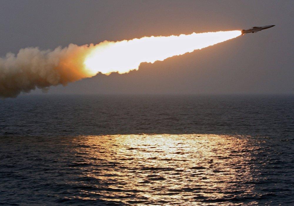 Un missile antinavire supersonique Moskit tiré depuis une vedette lance-missiles de classe Molnia lors d'un exercice dans l'océan Pacifique