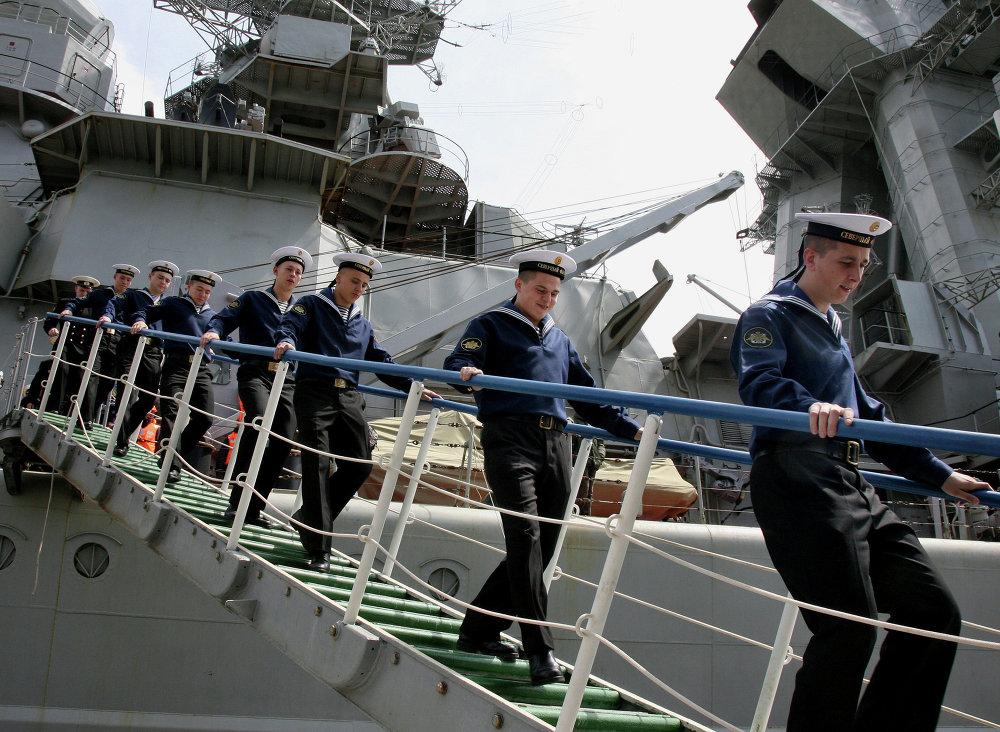 Des matelots débarquant du croiseur à propulsion nucléaire Petr Veliki après leur arrivée à la base de la Flotte russe du Pacifique dans la baie de Strelok