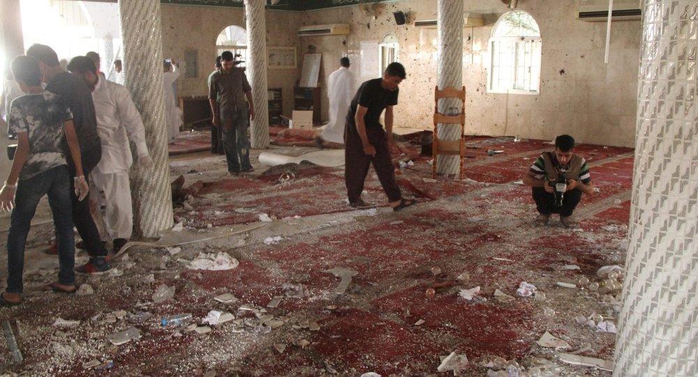 Les gens examinent les débris après un attentat suicide à la mosquée Imam Ali