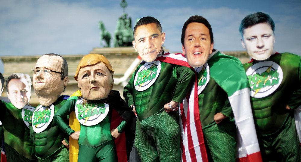 Activistes avec les masques des G7 leaders