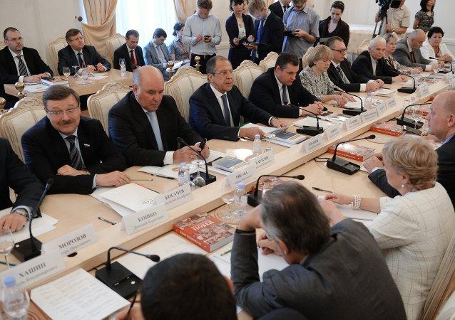Sergueï Lavrov avec les membres du Conseil mondial de coordination des compatriotes russes