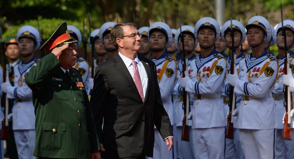 Ashton Carter (deuxième à gauche) et le ministre viétnamien de la Défense Phung Quang Thanh (1er à gauche)