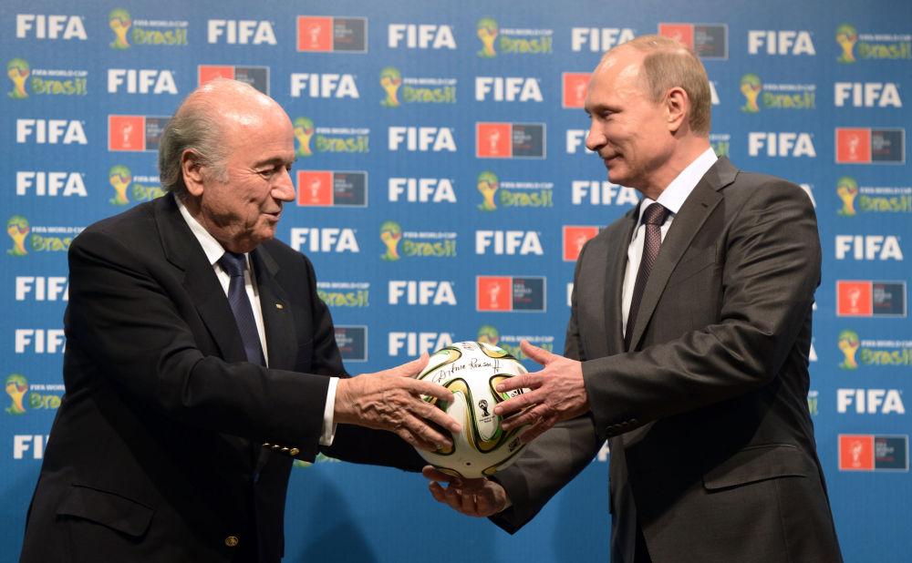 Le président russe Vladimir Poutine et le président de la FIFA Joseph Blatter lors de la cérémonie de remise d'un certificat sur l'organisation de la Coupe du monde 2018 en Russie