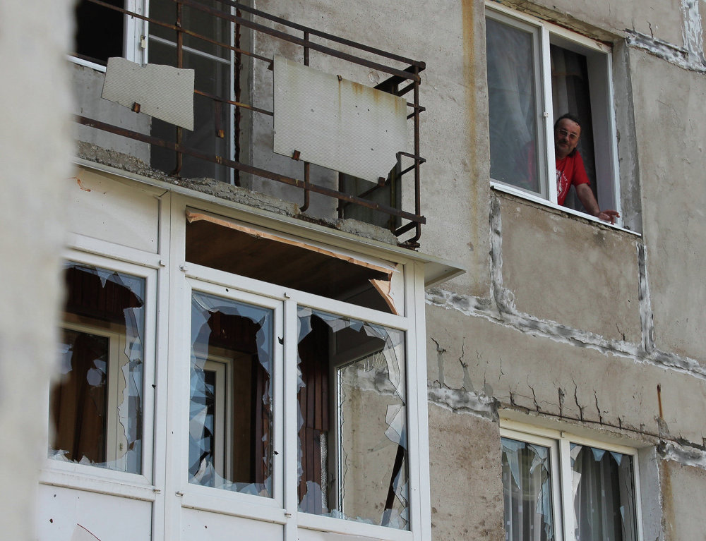 Un habitant de Gorlovka dans un immeuble touché par les bombardements