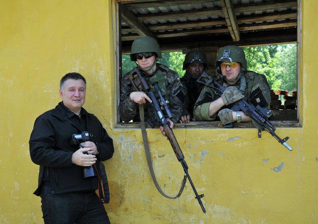 Le ministre de l'Intérieur Arsen Avakov lors d'un exercice militaire américano-ukrainien
