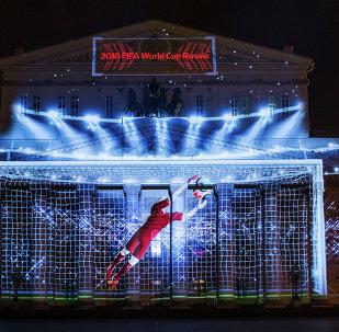 Le logo de la Coupe du monde 2018 sur la façade du Théatre Bolchoï, en marge de sa présentation officielle, le 28 octobre 2014 à Moscou.