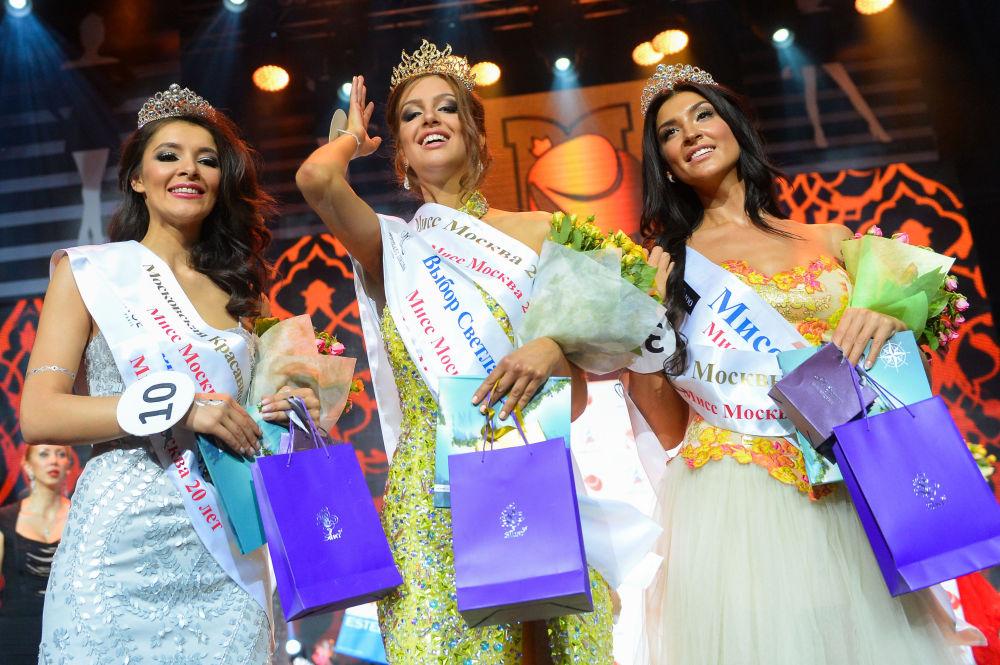 Miss Moscou-2015 Oksana Voevodina (au centre), le vice-Miss Moscou-2015 Ornella Charipova (à droite) et Zarina Kirghizova