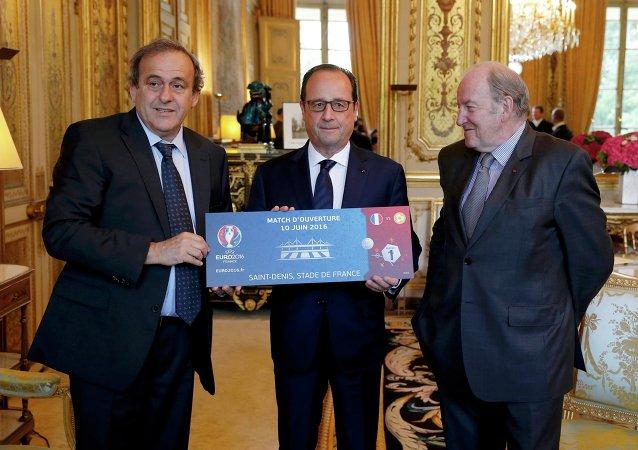 Michel Platini et Jacques Lambert offrent un billet symbolique à Francois Hollande