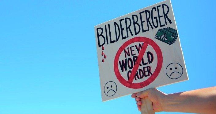 Un activiste proteste près du lieu de rencontre de Bilderberg Group