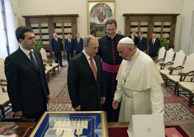 Le pape François (à droite) et Vladimir Poutine