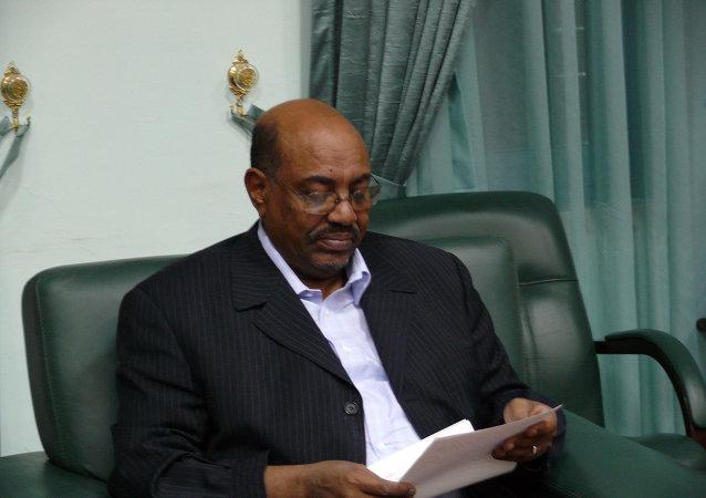 Президент Судана Омар аль-Башир зачитывает послание президента России, переданное спецпосланником Михаилом Маргеловым