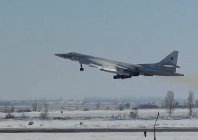 Deux bombardiers russes fendent le ciel polaire