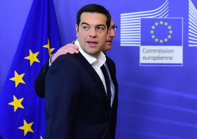 Le premier ministre grec Alexis Tsipras accompagné par le président de la Commission européenne Jean-Claude Juncker, le 22 juin 2015