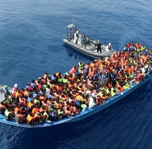 Les officiers du navire de la marine irlandaise Le Eithne sauvent les migrants en Méditerranée