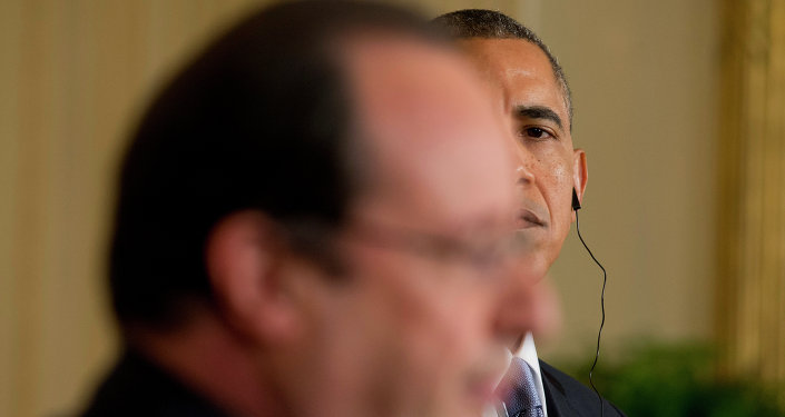 Barack Obama (au second plan) et Francois Hollande