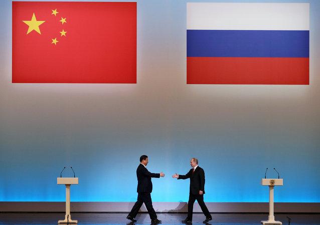 Le président chinois Xi Jinping est accueilli par son homologue russe Vladimir Poutine lors de la cérémonie d'ouverture de L'Année du tourisme chinois en Russie à Moscou