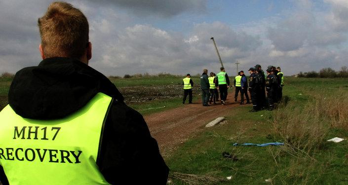 Les experts néerlandais et malaisiens sont en train de visiter le lieu du crash de l'avion Boeing 777 de Malaysia Airlines qui s'est ecrasé en Ukraine en juillet 2014.