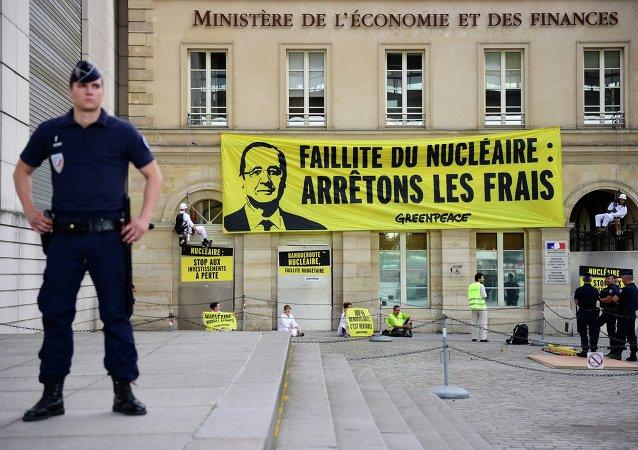Greenpeace bloque l'accès au ministère des Finances