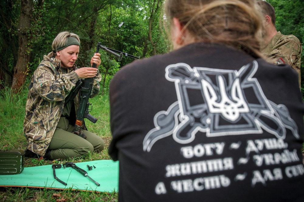 Manœuvres militaires de l'unité féminine de Secteur droit dans l'oblast de Transcarpatie