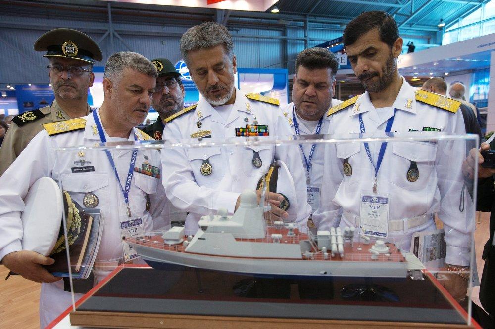 Le chef de la Marine iranienne, l'amiral Habibollah Sayyari (au centre)L