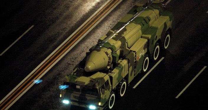 Un véhicule militaire chinois transporte un DF-21