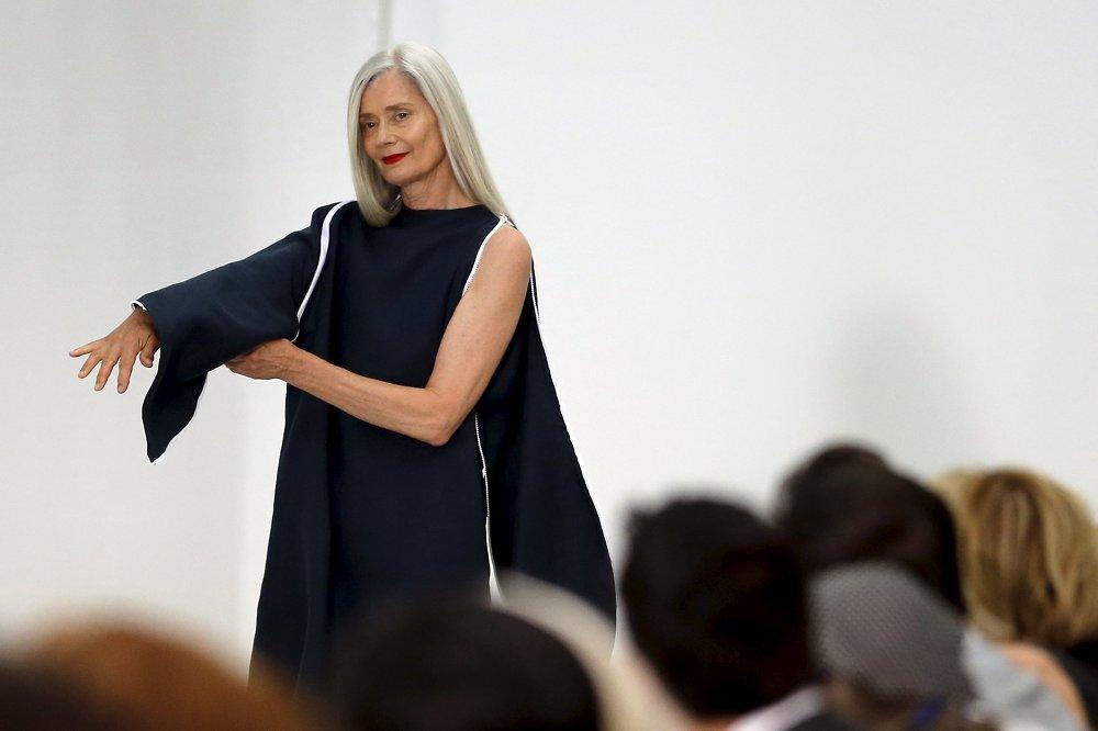 La mannequin présente une robe de la collection Adeline André