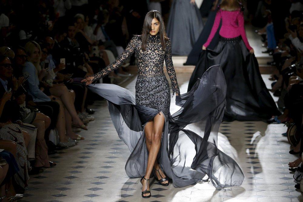 Les mannequins défilant pour le couturier français Julien Fournie