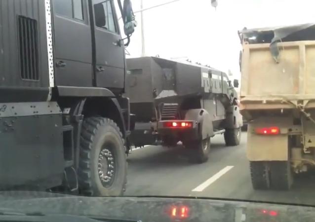 Des véhicules blindés de transport de troupes dernier cri se déplacent au Tatarstan