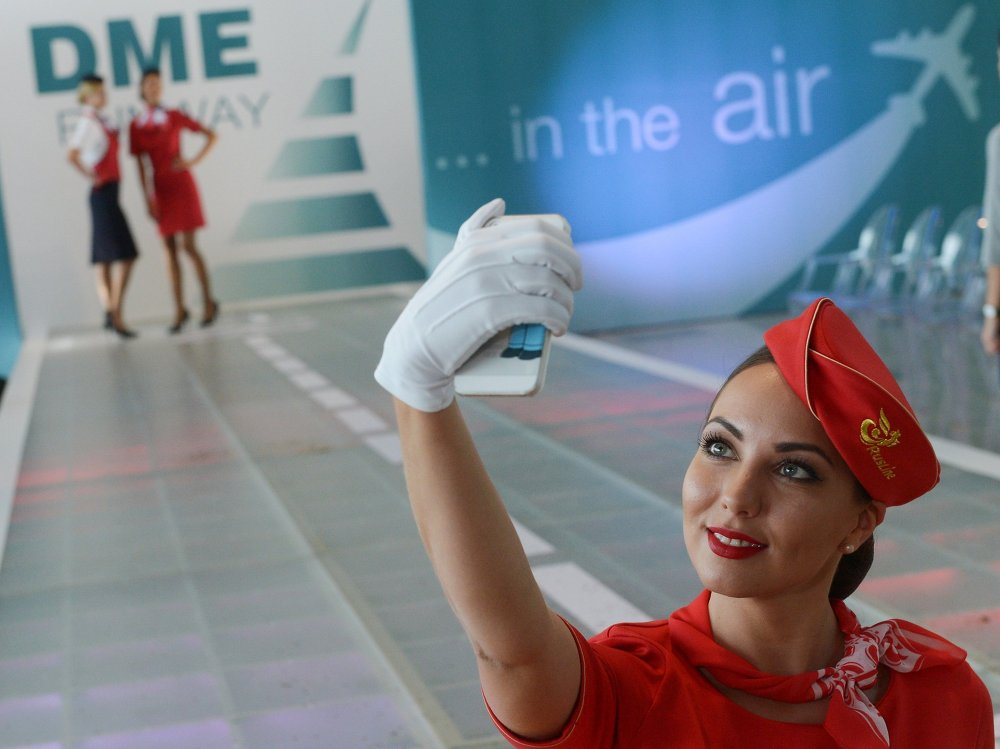 Des représentantes de la compagnie aérienne Rusline pendant le défilé visant à montrer l'uniforme des compagnies partenaires de DME