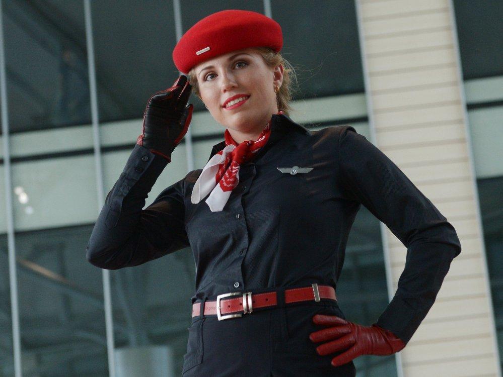 Une représentante de la compagnie aérienne Air Berlin pendant le défilé visant à montrer l'uniforme des compagnies partenaires de DME