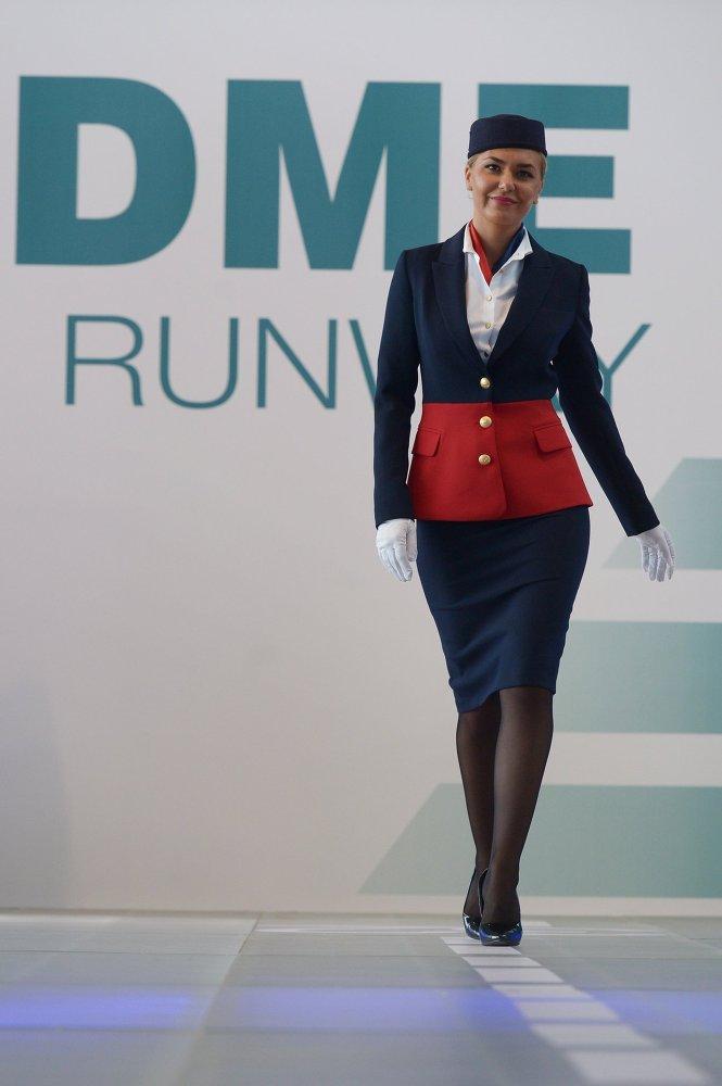 Une représentante de la compagnie aérienne Air Azur pendant le défilé des compagnies partenaires de DME