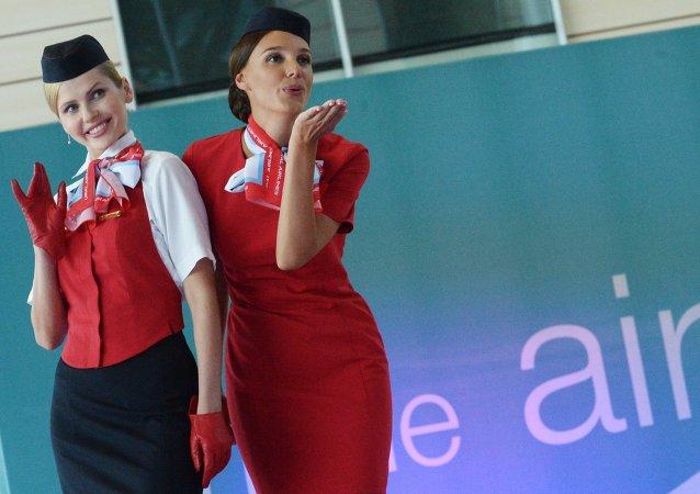 Défilé d'hôtesses de l'air à l'aéroport de Domodedovo