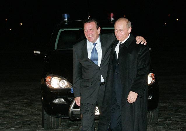 Gerhard Schöder et Vladimir Poutine à Saint-Pétersbourg