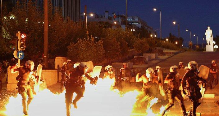 «Nous n'avons pas besoin de protecteurs »: la Grèce en feu lors de la visite d'Obama