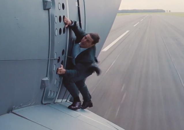 Tom Cruise sur une aile d'avion en décollage