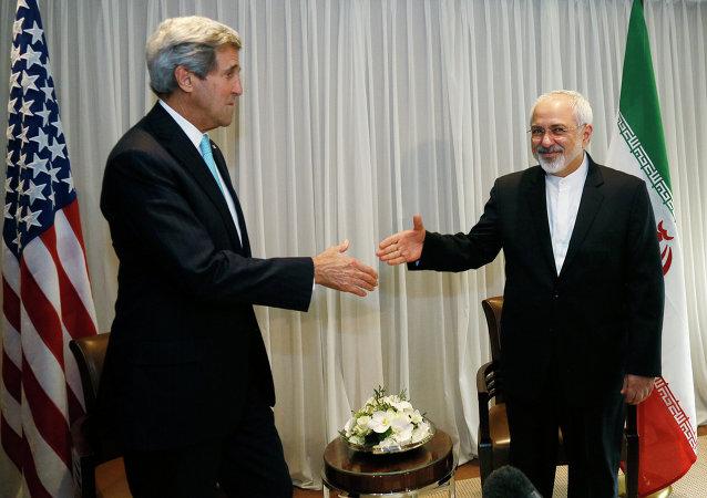 John Kerry (à gauche) et Mohammad Javad Zarif