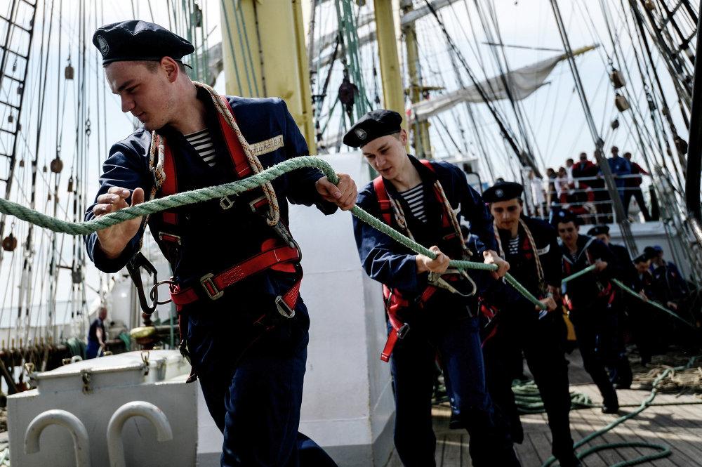 Les matelots du navire-école Krusenstern à l'œuvre