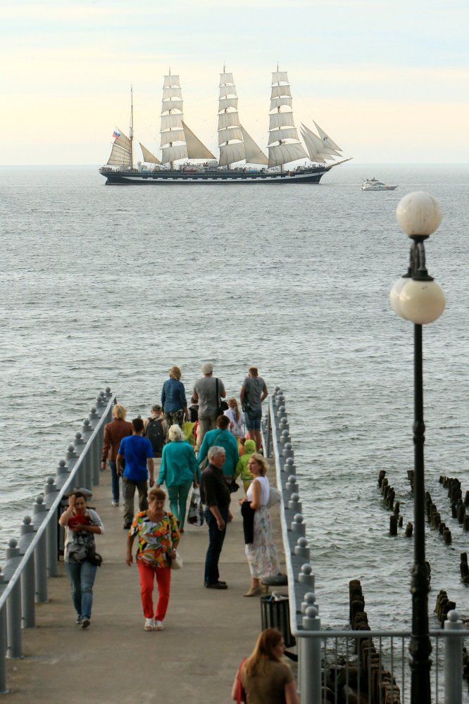 Les habitants de Svetlogorsk suivent le départ du grand voilier Krusenstern