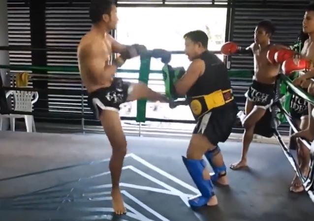 Deux coups de pied par seconde: un vrai pro du taekwondo